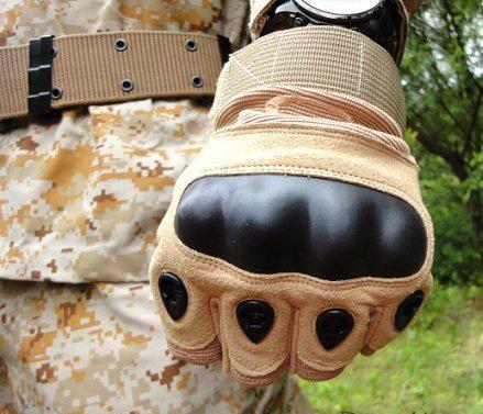 Беспалые тактические перчатки снабжены прочным карбоновым кастетом