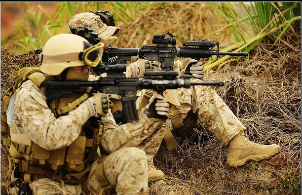 Американский спецназ в тактических перчатках