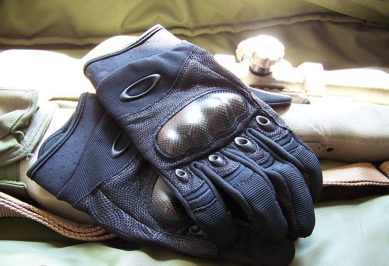 Тактические перчатки Oakley - атрибут активной молодежи
