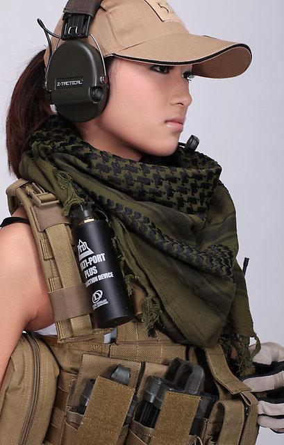 Девушка-солдат в куфие-шемаге