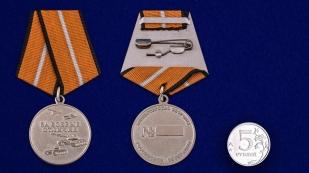 """Армейская медаль """"За боевые отличия"""" - сравнительный размер"""