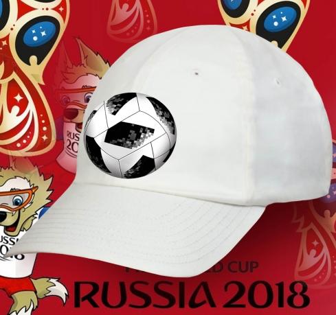Белая кепка с мячом.