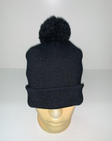 Черная шапка с помпоном
