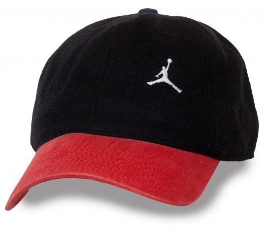 Черно-красная спортивная бейсболка.