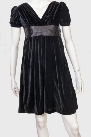 Черное бархатное платье с завышенной талией