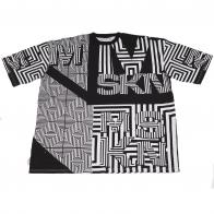 Геометрическая черно-белая футболка