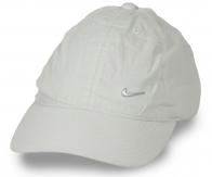 Спортивная кепка с аппликацией-логотипом. Выполнена из хлопка малой плотности, а, значит, даже в жару вы будете чувствовать себя комфортно. Практичная вещь по приятной цене