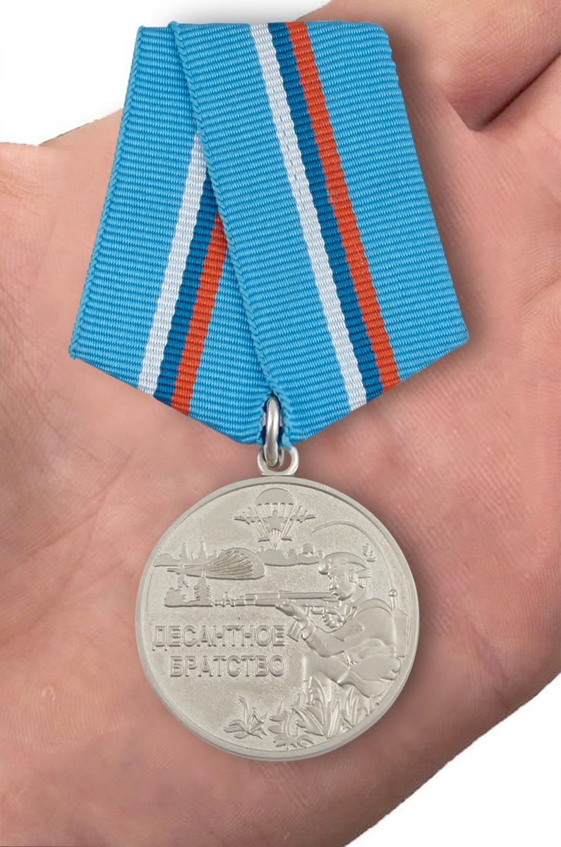 """Медаль """"Десантное братство"""" - вид на ладони"""