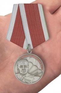 """Медаль """"Маргелов Союз десантников России"""" - на ладони"""