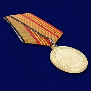 Медаль За участие в военном параде в День Победы - вид под углом