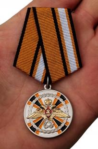 Медаль «За заслуги в ядерном обеспечении» - вид на ладони