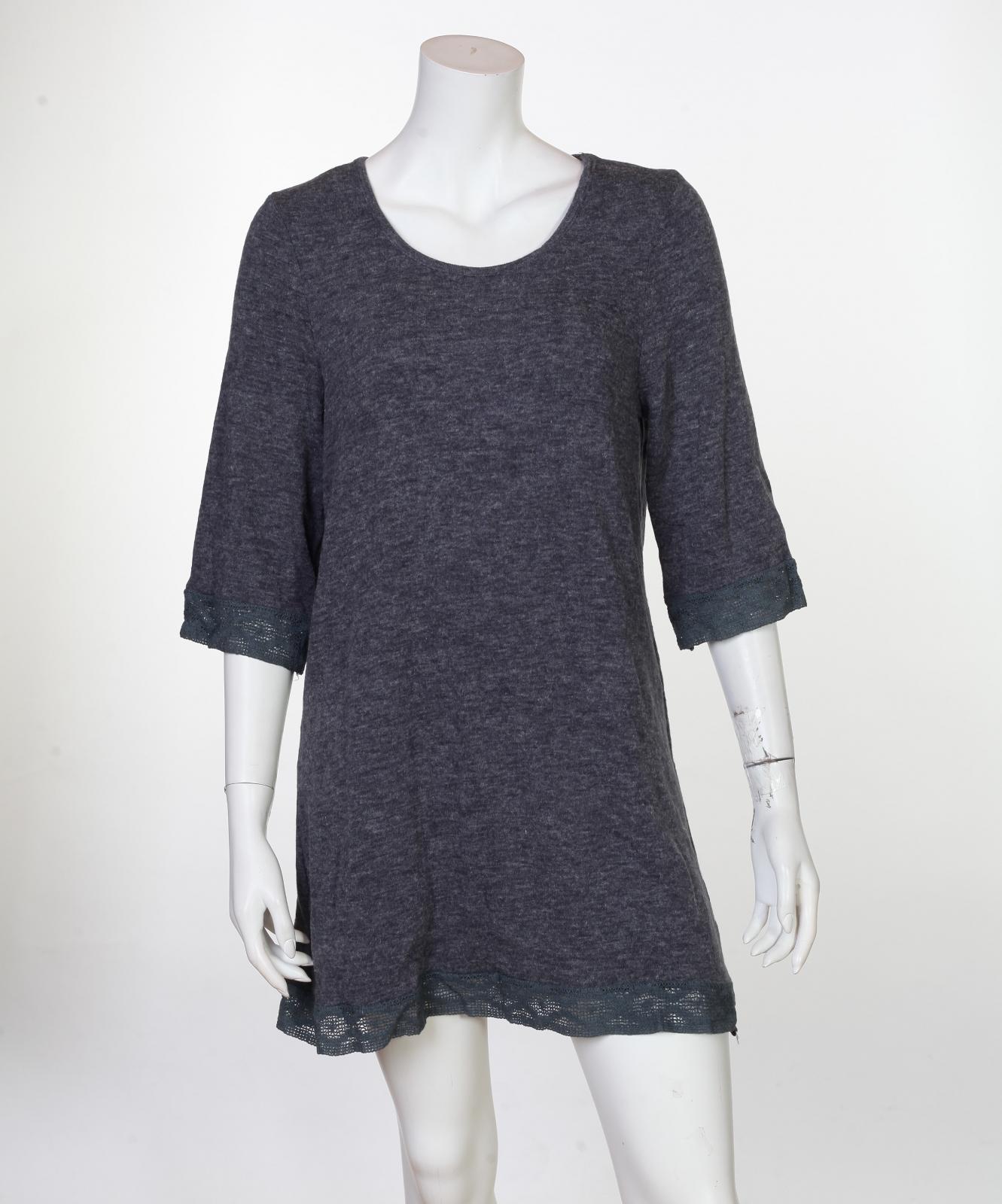 Минималистично стилизованное серое платьице