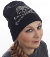 Молодёжная женская шапка. Прослойка флиса согреет, а аппликация из страз подчеркнёт твой гламурно-бунтарский образ. За такую цену красивые и тёплые вещи можно купить только здесь!