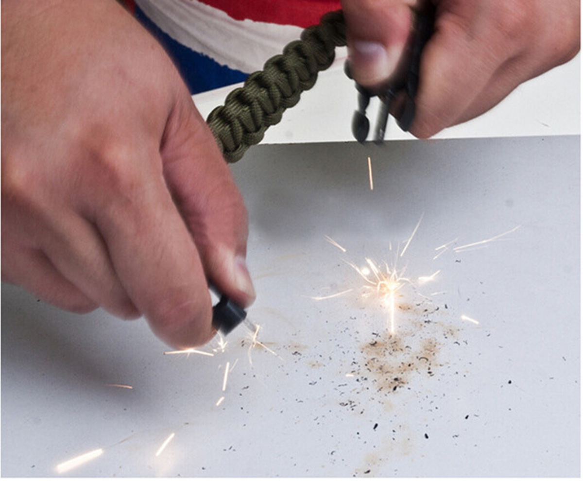 Мужской браслет на запястье поможник в добыче огня