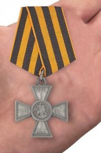 """Нагрудный знак """"200 лет Георгиевскому кресту"""" - вид на ладони"""