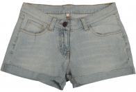 Потертые дизайнерами джинсовые шорты.