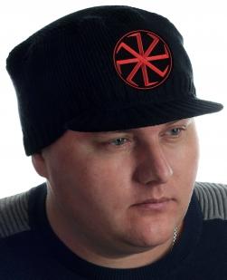 Чёрная вязаная шапка Miller Way с козырьком и главным символом славянского возрождения – оберегом Коловрат. Настоящий мужской дизайн и низкая цена. ЗАБИРАЙ, СЛАВЯНИН!
