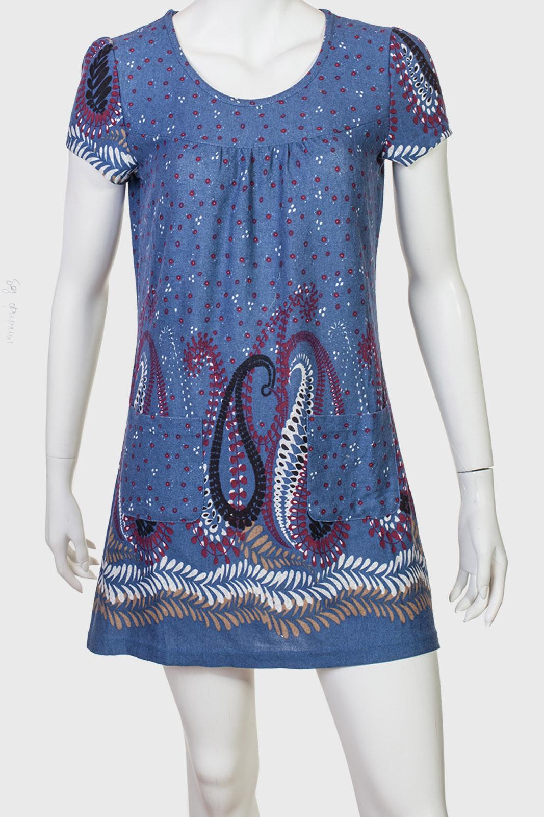 Симпатичное короткое платье с привлекательным принтом