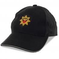 Стильная бейсболка для мужчин. Отсутствие декора позволяет носить такую кепку куда угодно и с чем угодно