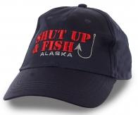 Темно-синяя бейсболка с глубокомысленным коротким слоганом: «Закрой рот и рыбачь». Точнее не придумаешь!