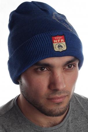 Трикотажная мужская шапка с эмблемой и принтом